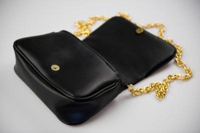 Černá kabelka se zlatým řetízkem (kolekce Lucia)